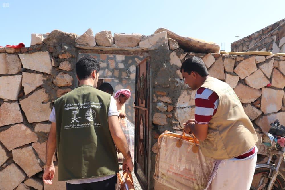 270 متضرراً من إعصار #جاتي، يستفيدون من مواد إيوائية يوزعها مركز الملك سلمان للإغاثة في مديرية حديبو بمحافظة سقطرى.  • #السعودية #اليمن