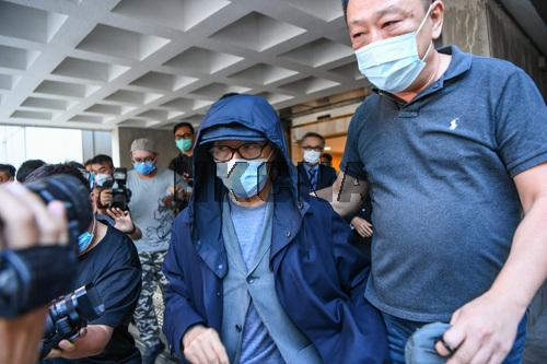 11月26日の午後、香港の著名な映画スター・周星馳(帽子を被った人物)が出廷して供述した後、香港の高等裁判所を離れた。周星馳は前の恋人・于文鳳に7000万香港ドル(約11億円)を超過する額の催促に見舞われている。…リンク先で26日の周星馳の画像が確認できます。https://t.co/8aCd5KLpXE https://t.co/FBjwjwwMV9