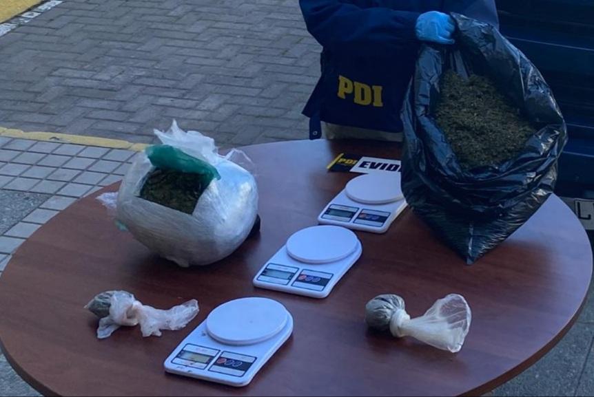 Detectives de la Bicrim Los Vilos, lograron la detención de 3 sujetos por los delitos de Usurpación no violenta y tráfico de drogas. Además de la incautación de cannabis procesada, balanzas digitales, dinero en efectivo y una camioneta de alta gama🕵️♂️🧬 #investigarestáennuestroadn https://t.co/T3VayWwXz4