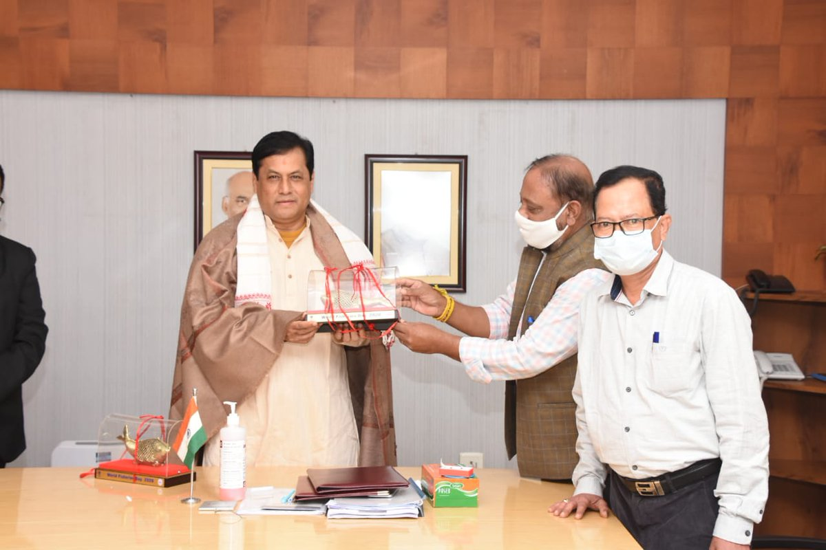 The delegation presented before the CM certificates for four awards won by Assam on #WorldFisheriesDay recently in New Delhi:   ✅Best State ✅Best District: Nagaon ✅Best Semi-Govt organisation ✅Best Fisherman: Amol Medhi