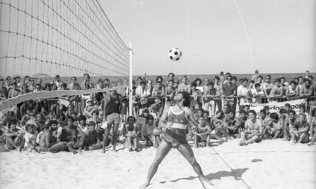 O dia em que Maradona aprendeu a jogar futevôlei em Copacabana, 1985  📷 Joaquim Nabuco