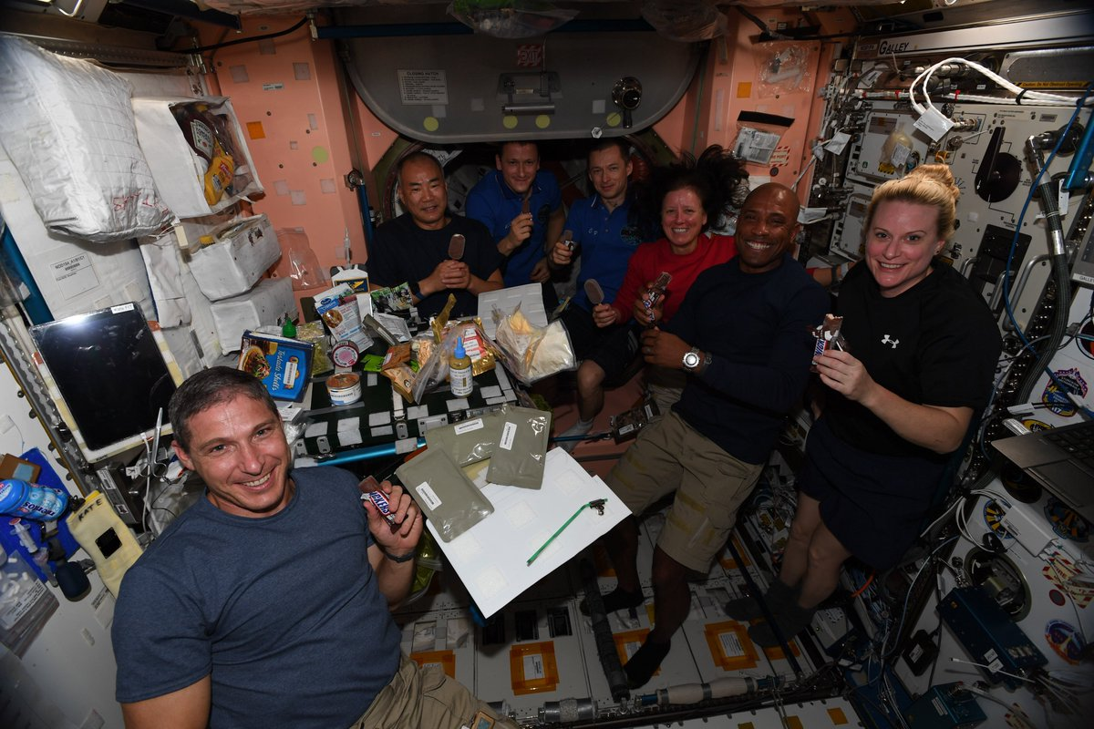 Happy Thanksgiving Everyone! Great friends, tasty food, and yummy desserts in space. It was a very good day. https://t.co/aONq8aYvHv
