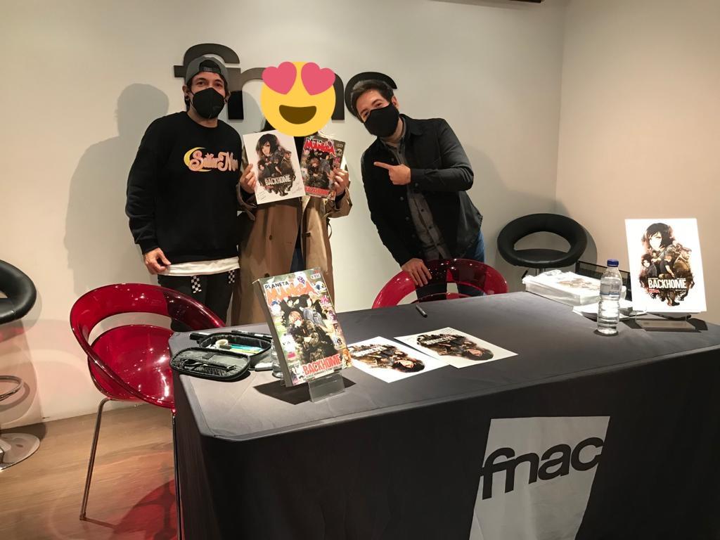 Nuestra enviada especial ya tiene los chupi prints de #Backhome de @PlanetadComic firmados por @ToniCabArt y @SergioHdezAutor. ¡Muchas gracias por organizar una firma tan chula!