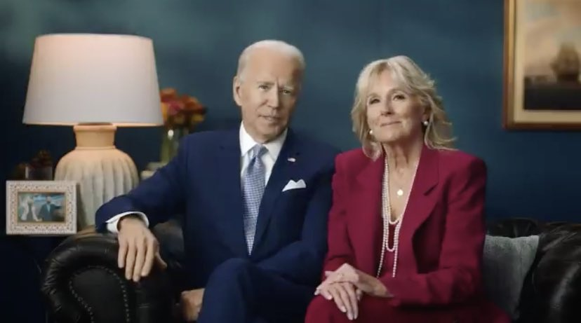 We love blue walls. Lamp. Art. Pillow. Flowers. Comfort. Truth. Competency. 10/10. Happy Thanksgiving @JoeBiden @DrBiden