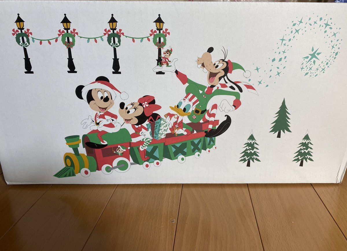 ディズニーストアのダンボールがクリスマス仕様になってる!!かわいい https://t.co/S6kMWPb1an