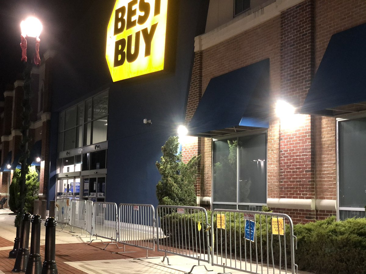Never in my life have I known a time where people weren't out shopping on Thanksgiving night. Some stores do have gates up ahead of tomorrow's opening, but NO early lines, right now, ahead of #BlackFriday, and I'm kind of here for it!
