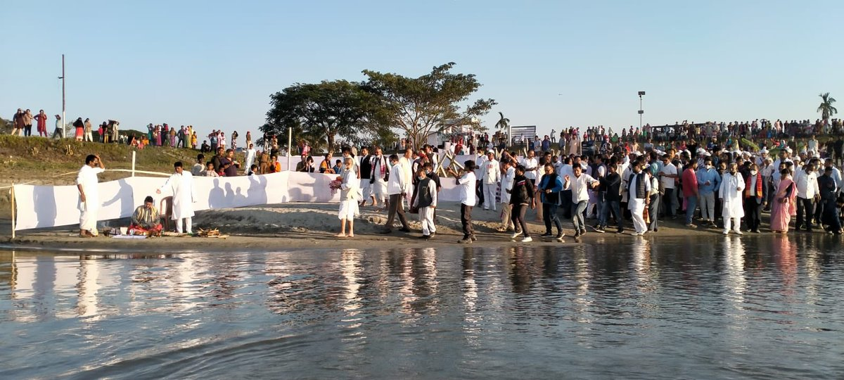 Today on day 3 the #ShantiSadbhavanaYatra entered Dibrugarh and the ashes of #JanaNetaTarunGogoi were immersed after a moving ritual ceremony on the ghats of the river Brahmaputra.