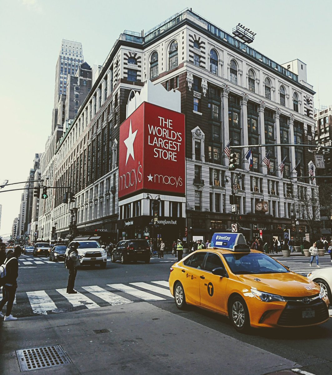 NYC @Macys  @nycgov  @NewYorker  • • #travel #travelphotography #macysthanksgivingparade #macys #shopping #taxi #NewYorkCity #NewYearsResolution #tapairportugal #world #pictures