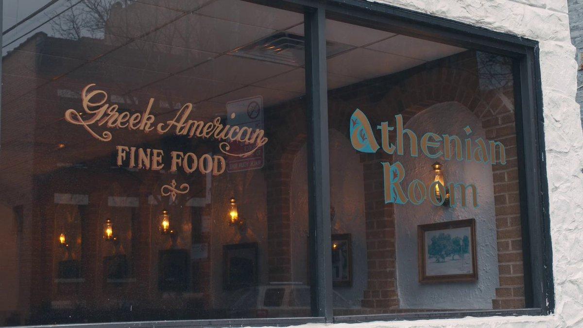 #MyNextGuestNeedsNoIntroduction con David @Letterman - #TinaFey  - Le recomendó a Dave @AthenianRoom en #Chicago, hacen el pollo a la broaster y lo colocan sobe papas gritas y la grasa del pollo destila en las papa fritas