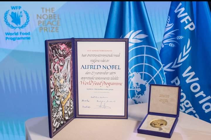 Ce 10 décembre 2020, @WFP a reçu officiellement le trophée du #PrixNobel2020, en guise de reconnaissance de ses efforts dans la promotion de la paix et de lutte contre la faim dans les zones en proie aux conflits et aux catastrophes naturelles.  #Congretulations!