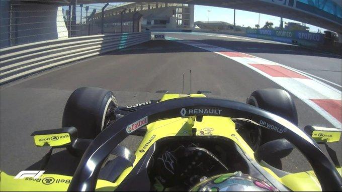 Ricciardo parado al lado de la pista.