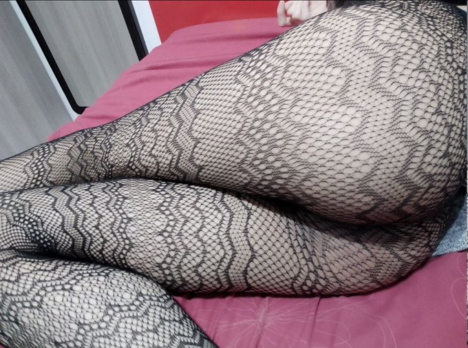 1 pic. And if my feet are not enough to attract food or toys ... How about my ass? It is surprising how
