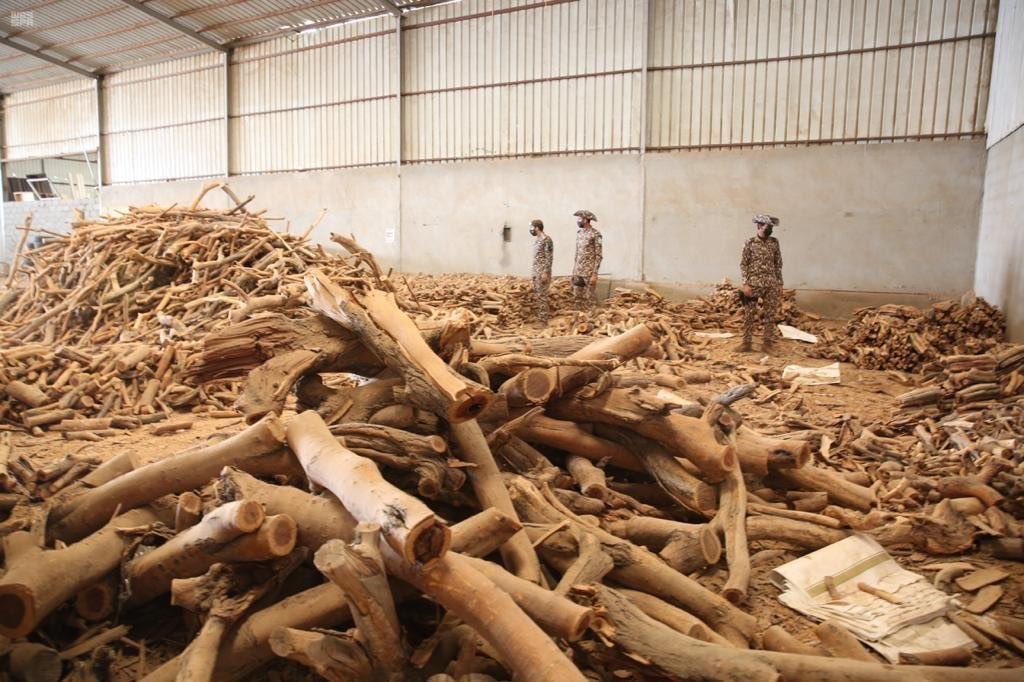 الأمن البيئي:  ضبط 93 طن من الحطب المحلي المعد للبيع في مستودعين بالرياض.  -