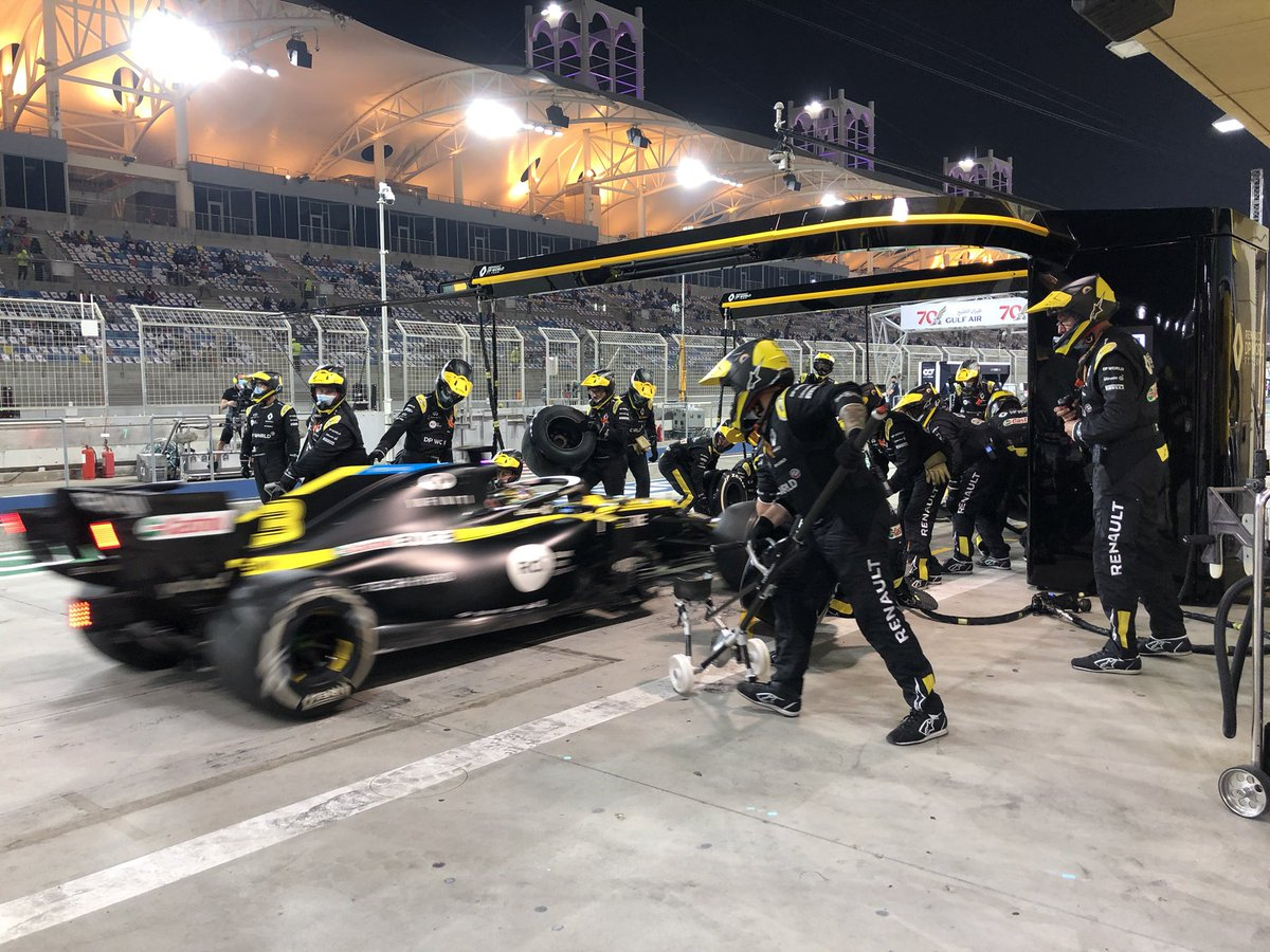 Lap 37 // Daniel's turn to stop! He switches old Hards for new ones, and rejoins just behind his team-mate.   #RSspirit #BahrainGP https://t.co/N5YkUyM7dj