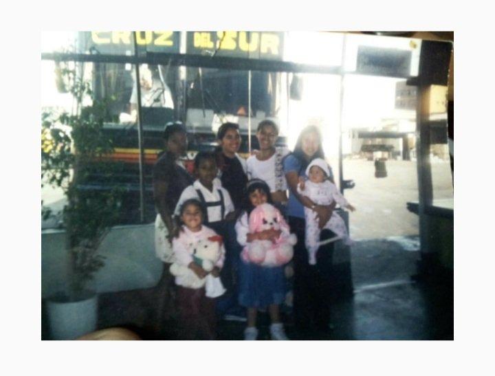 La que esta con la bb en los brazos soy yo y mi hija mayor, eh las que estan a mi lado son mis primas no todas claro y mi hermanita una de las pequenas😘😘😘 https://t.co/lwpeFNr7Tf