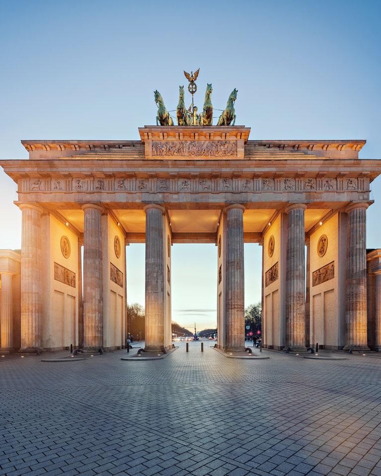 بوابة #براندنبورغ من ابرز معالم #السياحة في #برلين وهي رمز من رموز #المانيا ومعلومة لكم انه تظهر صورة البوابة على عملات المانية 🇩🇪