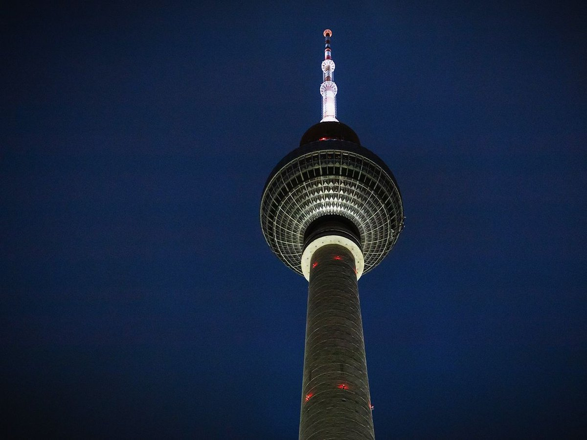 برج #التلفريون والمعروف باسمبرج برلين مميز بهندسته المعمارية الفريدة اللي يعتبر مزاراً سياحي مهم في #برلين 🇩🇪