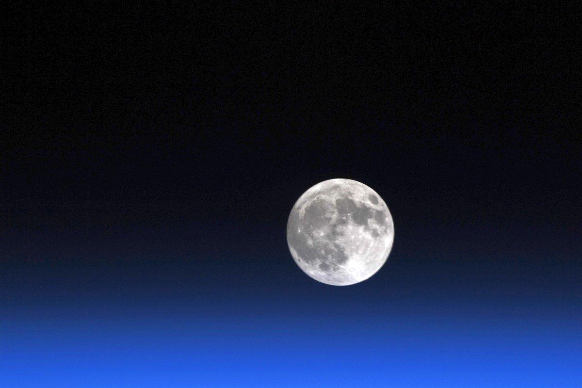 Replying to @Astro_Soichi: Moonstruck. Speechless. #FullMoon rise 満月の出。神々しい。