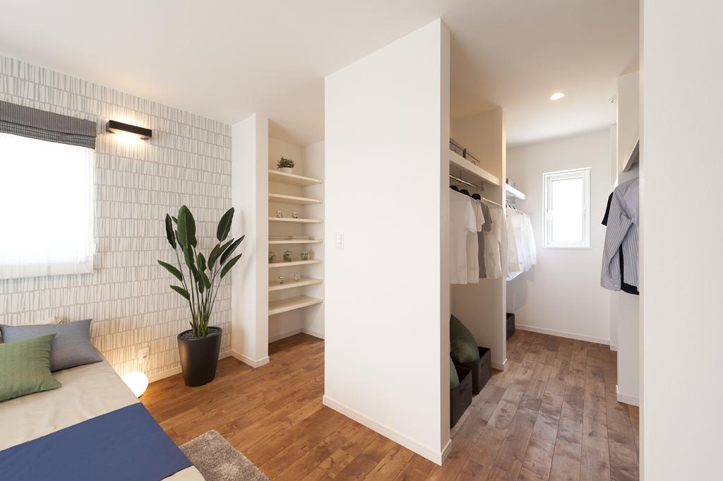 主寝室の広々としたウォークインクローゼットです。 なんと奥にはデスクが隠れているんです! これならパパもママも一人の時間を楽しめますね☺  #ヤマト住建 #住宅 #注文住宅 #ハウスメーカー #新築 #新築一戸建て #家づくり #暮らし #インテリア #モデルハウス #自由設計 #マイホーム https://t.co/dnGwduTqDQ