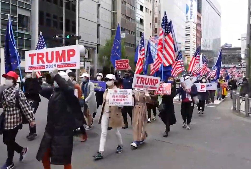 """昨日の東京でのトランプ応援デモも""""あり得ない""""ものだった。米大統領選で日本人のデモなど記憶にない。民主主義を揺るがす不正疑惑をマスコミは完全無視。だが日本人は国連で「13歳の少女が海岸から連れ去られ、スパイ教師として奴隷にされたんだぞ」と訴えてくれたトランプ氏の偉業を忘れてはいない。"""