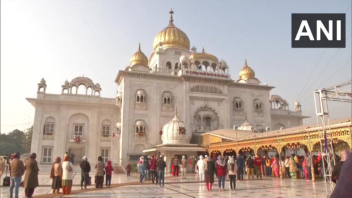 Delhi: Devotees offer prayers at Sri Bangla Sahib Gurudwara on the occasion of #GuruNanakJayanti. https://t.co/BqmMTHr1MF