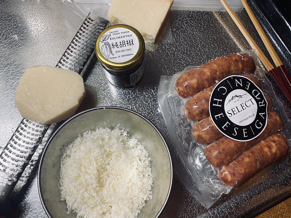 パスタ、学生時代4年ほど京都のイタリアンでバイトしていたとき覚えた3点を守ると圧倒的に美味しいのでシェア🧚♀️①茹でる時の塩はお湯のぴったり1%②湯切りはせずにフライパンに移す、塩で味付けせずにゆで汁で塩加減する③しっかり混ぜてオリーブオイルとゆで汁を乳化させる(これが旨み!)