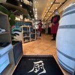 Image for the Tweet beginning: 【神保町テイクアウト】 今日はジオピッポさんの跡地にできた「厨(KURIYA)」をご紹介。神戸牛🐄とシチリアワイン🍷にこだわったお店です。お持ち帰りした「神戸牛のハンバーグ」は、お肉の味がしっかりして美味しかったです😋 田中社長と一緒にパチリ📷 #GoTo神保町 #神保町はいいぞ #ごちそうちよだ