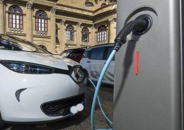 A rischio a Palermo l'arrivo delle colonnine per veicoli elettrici, M5S denuncia alla Commissione Europea - https://t.co/r48yJJ6wsd #blogsicilianotizie