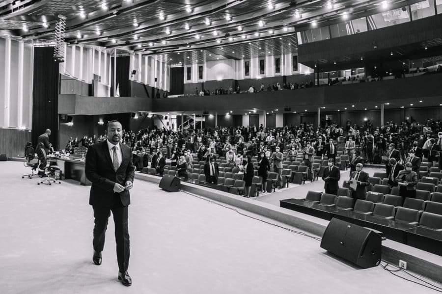 رئيس الوزراء  آبي أحمد من قبة البرلمان الإثيوبي : خلال عامين ونصف شهدت اثيوبيا 113 صراع في جميع المناطق  عدا #اقليم_تيغراي وكانت جبهة تحرير تغراي تتبجح وتقول نحن الإقليم الوحيد الذي يعيش بسلام .  في إشارة لأن الجبهة هي من تغذي الصراعات في الأقاليم لتقويض عملية التغيير .