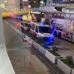 Image for the Tweet beginning: モンコックの街で何処にも警察がいる。原因はテロリストや大盗賊を逮捕することじゃないよ 市民がデモの犠牲者に花を献げること今は犯罪である だからこんなに多い警察が出ているね 香港の警察はとても勤勉ですね