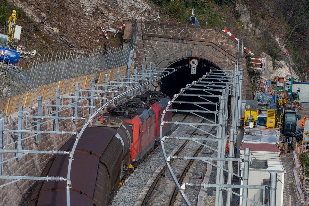 Zwei 150 Jahre alte Tunnels sind bereit für den 4-Meter-Korridor und den Verkehr der Zukunft: Ab heute verkehren wieder Personen- und Güterzüge auf beiden Gleisen des Paradiso- und des San Martino-Tunnels. #sbbcffffs @SBBCargo  https://t.co/6mnxEcDxYb https://t.co/m3tkE8U6SF