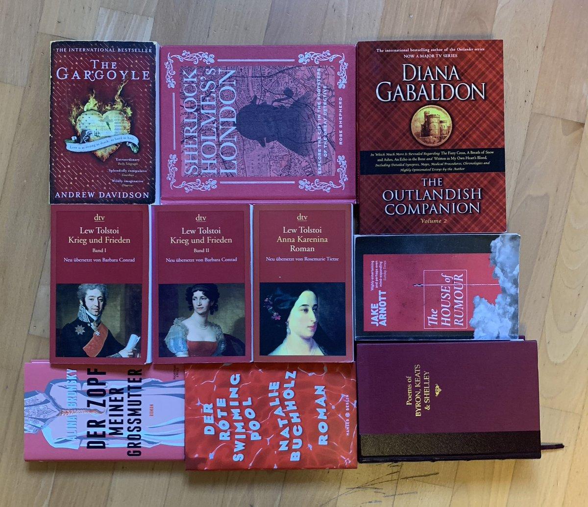 Zum #redmonday mal eine rote Buch-Versammlung. Da sind mit Tolstoi, Sherlock und dem Gargoyle zufällig ein paar meiner Allerliebsten dabei. Was habt ihr denn für rote Leseschätze?