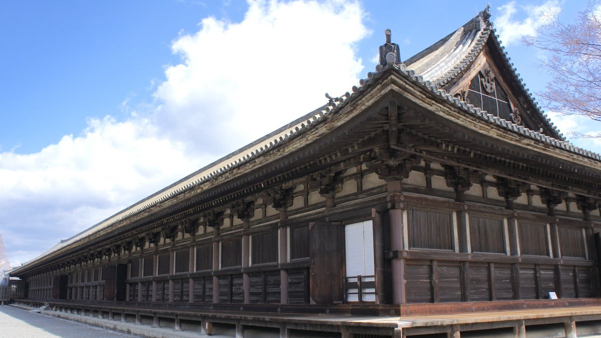 戦略の話です…。子供の頃、先生から「なぜ鎌倉に、お寺が多いのでしょうか?」と問われました。(素直な)私は、「武士が多く明日もしれない命だから信仰心が篤い」と答えました。すると先生は、「寺はバラック(兵舎)の代わりになるんだよ」と教えてくれました。それから何十年も経ち、続く…。