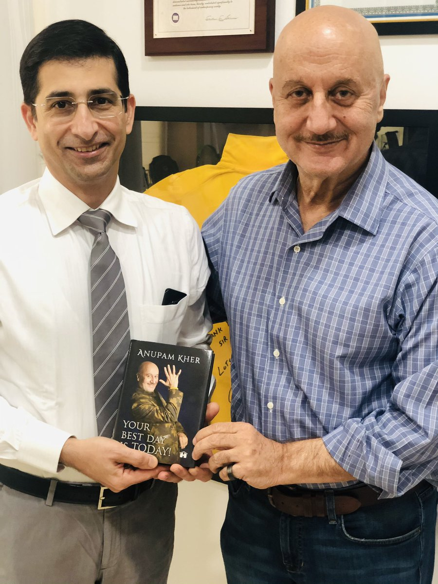 Happy to present my book #YourBestDayIsToday to two wonderful doctors. #DrPardiwala and #DrSumitSinghania. Both played very important roles in well-being of my family. In this #Pandemic doctors & medical staff are the true heroes!! 🙏🌺 #BookOutOnDec5th #SelfHelp #LifeLessons