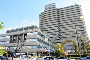コロナ対応で看護師不足 大阪の若年がん病棟が一時閉鎖国内2番目の施設として2018年に新設され、約20人が入院しています。職員は「感染が収束しない限り、重要な医療が切り捨てられていく。コロナとそれ以外の医療をどう守るか、真剣に考えるべきだ」と懸念します。