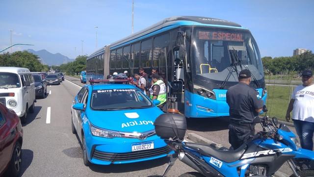 Passageiro se revolta com demora para sair da estação, assume direção de ônibus do BRT e é preso no Rio  #G1