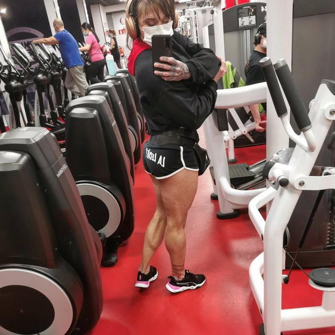 LA LECHE... #legday Look at my strong, sexy legs. Or maybe I should strangle you with them...  https://t