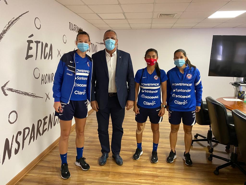 📍 🇨🇱 Pablo Milad, Presidente de la Federación de Fútbol de Chile, se reunió con Christiane Endler, Karen Araya y Daniela Pardo, jugadoras de La Roja Femenina, para coordinar el trabajo de la Selección y los desafíos del 2021, como el repechaje a los Juegos Olímpicos. 💪