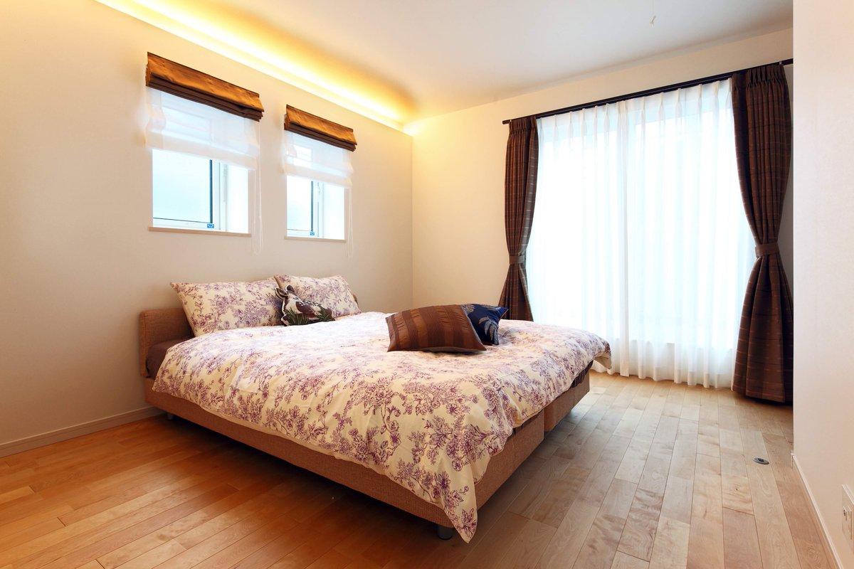 ヤマト住建モデルハウスの広々とした主寝室です🛌 生活感が出るものはウォークインクローゼットに収納してベッド以外は置かないことで、無垢の床が映えますね👍✨ https://t.co/nmxpbCP9Pw
