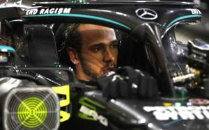 """Annuncio Mercedes: """"Hamilton positivo al Covid"""". Salta il prossimo GP. Il team Mercedes ha comunicato che il campione del mondo presenta lievi sintomi e non correrà il GP Sakhir di domenica. Ancora da ufficializzare il nome del sostituto (Vandoorne o Russell?) https://t.co/UQxJUs0xVM"""