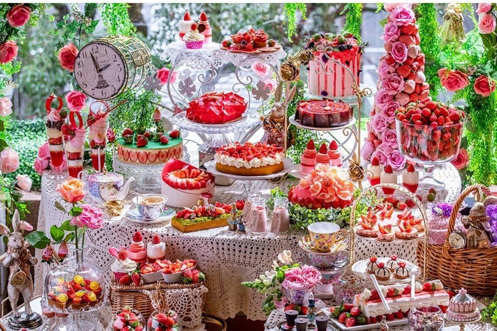 """ヒルトン東京「不思議の国のアリス」着想の苺スイーツブッフェ、ハートの女王の""""立ち襟""""ケーキなど -"""