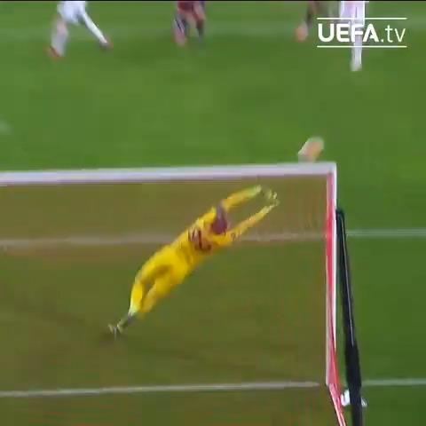 🔴⚫️ Gianluigi Donnarummas with a fine save 🤯  #UEL   @acmilan https://t.co/3i7UhmBCdK