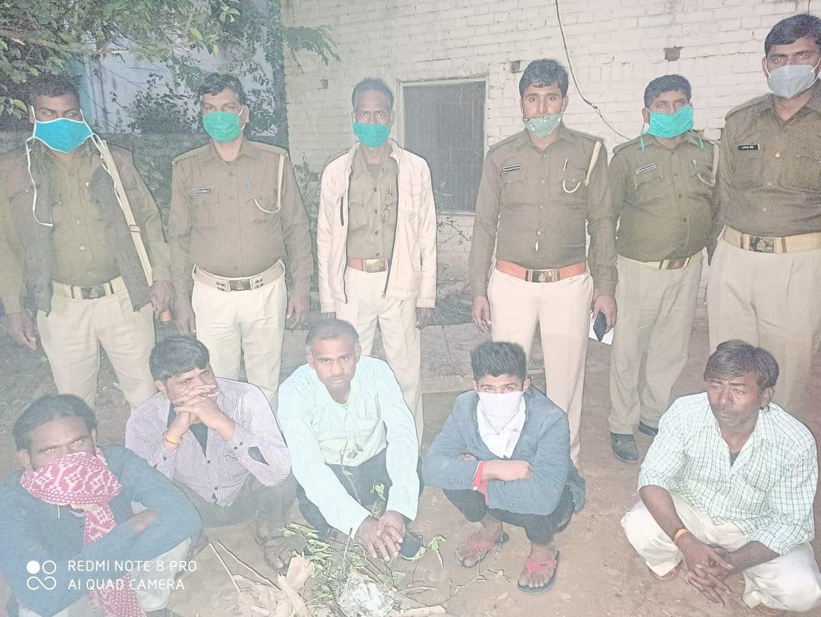 #Auraiya : आबकारी विभाग ने की छापेमारी, मौंके से 50 लीटर कच्ची शराब की जब्त, 5 लोगों को गिरफ्तार का भेजा जेल, आबकारी निरीक्षक बीके तिवारी सहित पुलिस फोर्स रहा मौजूद, सदर कोतवाली क्षेत्र के बनारसीदास मोहल्ले का मामला। #UttarPradesh | #UPPolice | #NWINews