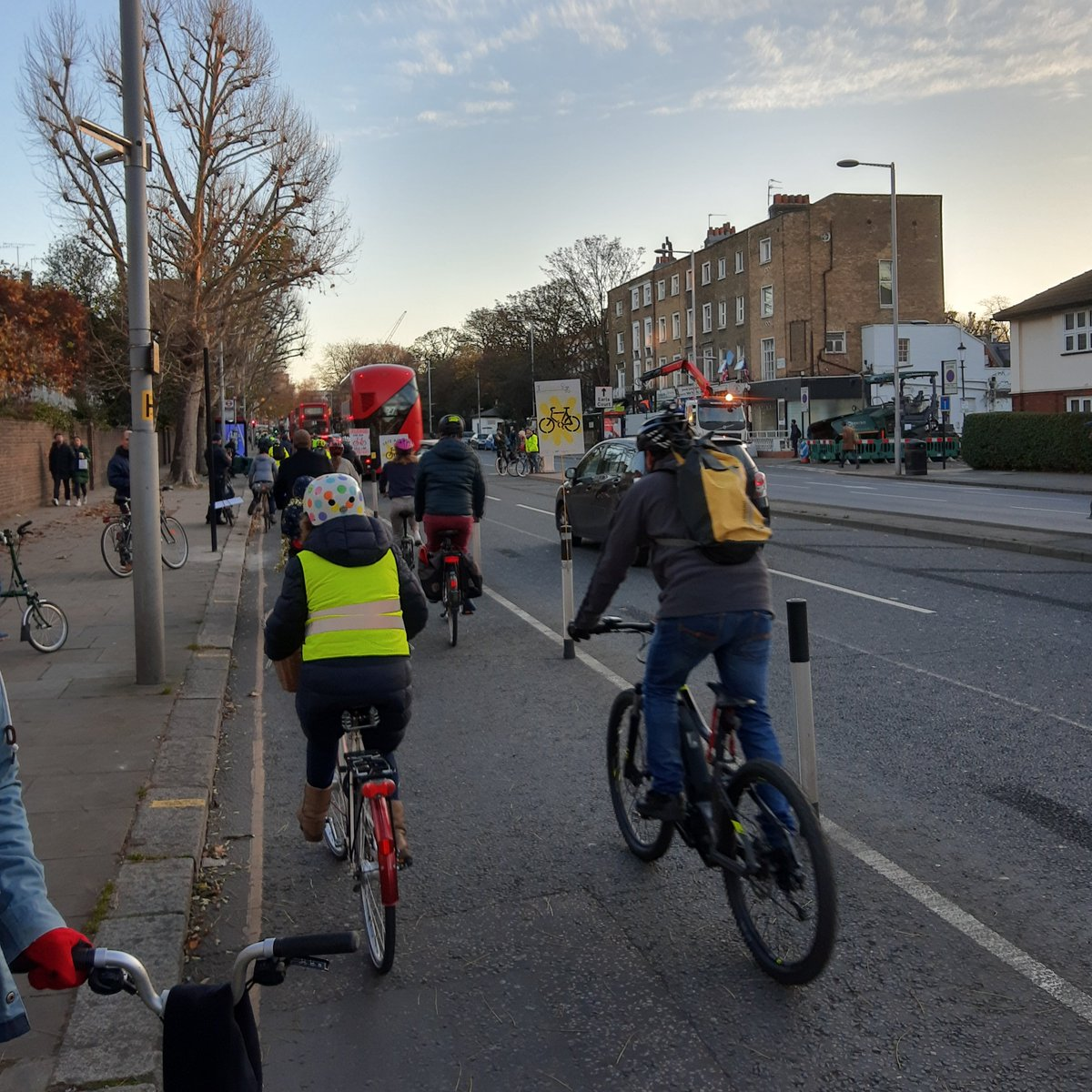 What an amazing turnout this morning! Pupils, parents/carers and locals showing their love and support in the hope they can #SaveTheLane along Kensington High Street 🚲 @RBKC @FoxPrimary #KensingtonHighStreet #BikeIsBest #ActiveTravel #StreetspaceForLondon
