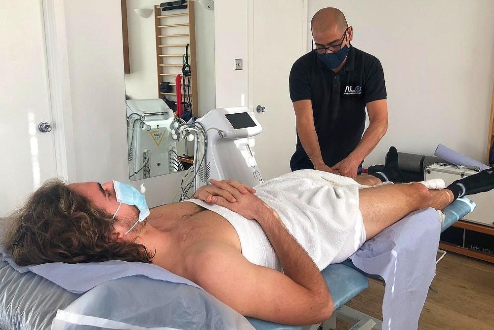 """Stefanos Tsitsipas è a Londra per ricevere cure mediche.  Stefanos si sta sottoponendo a terapia Tecar presso la ALO Physiotherapy Clinic, """"per rimettere a posto il corpo per gli obiettivi sportivi del 2021"""". 🤞🇬🇷  (📷  @Natali9413) https://t.co/giRzDx1KwU"""