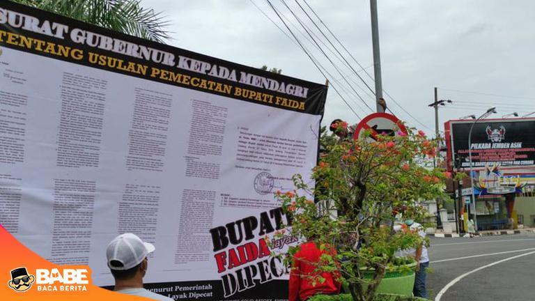 Baliho Berisi Surat Gubernur tentang Pemecatan Faida Dipasang di Depan Pendopo Bupati Jember https://t.co/TGN83NjJCq https://t.co/b6qmfyoeHU