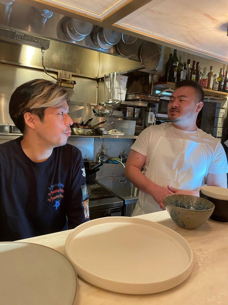 【本日20時開演!】鳥羽周作さんと桜井誠さん、sioにイン!キッチンでさっそく作戦会議中です。調理&トークはこの後20時からスタート。見逃し動画配信もあるので、チケット予約お忘れなくですよ👉