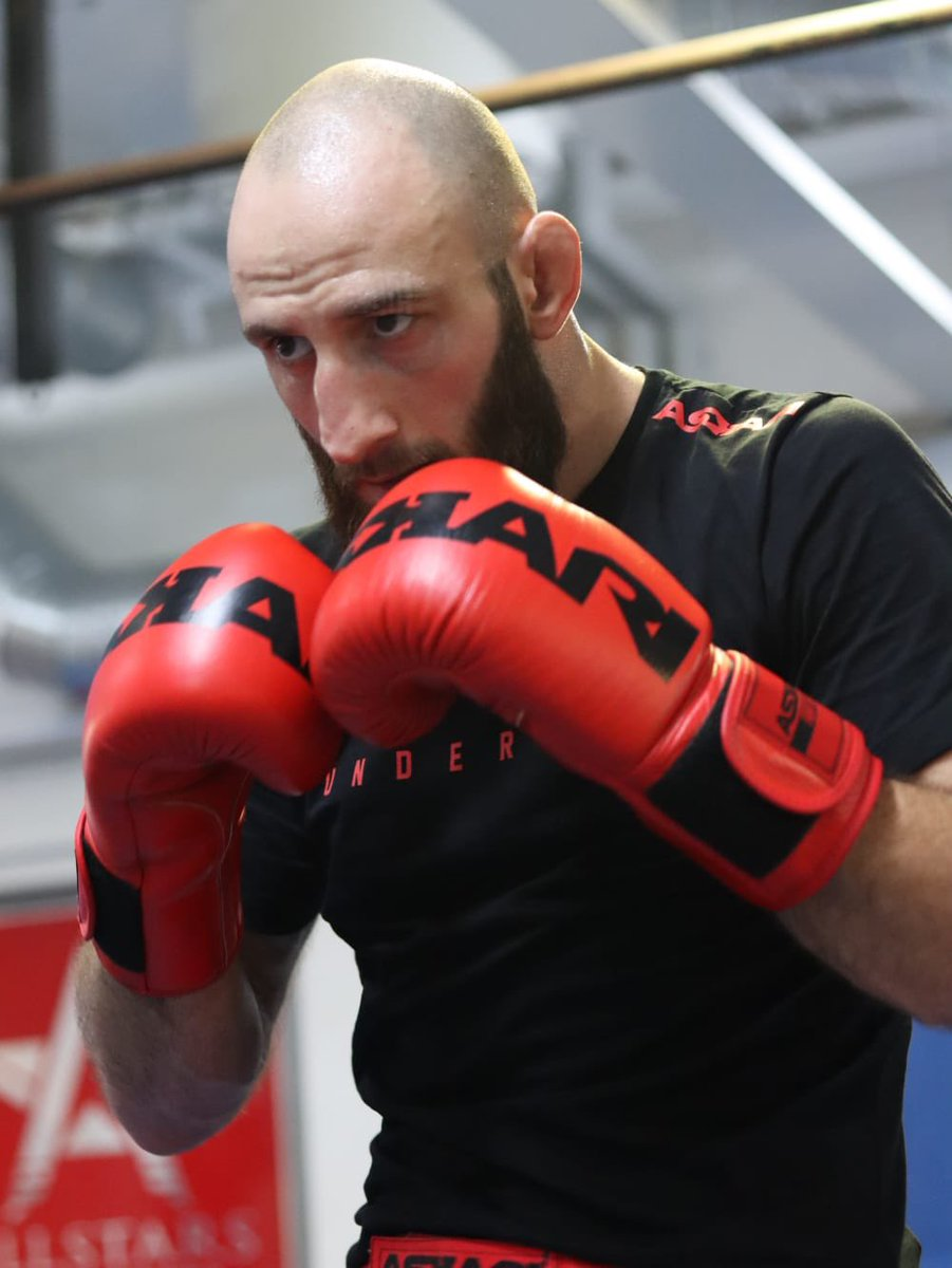 Knock... Knock... Knock... I'm here. I'm ready. New Year is coming, Christmas is coming, my birthday is coming, I deserve a present for January. There is no holidays in my calendar. Let me entertain the people. @ufc @danawhite @seanshelby @mickmaynard2 https://t.co/Yq5stQ7oaX