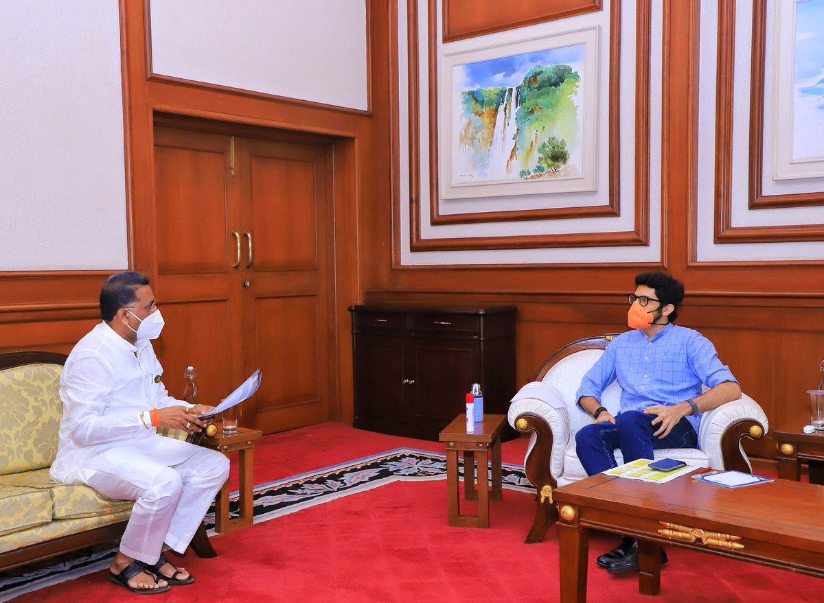 आज आमदार @MLARajanSalvi जी यांच्यासोबत राजापूरमधील समुद्रालगतच्या पर्यटन आराखड्यावर तसेच मतदारसंघातल्या इतर विषयांवर सकारात्मक चर्चा केली. https://t.co/1iBDO45E8L