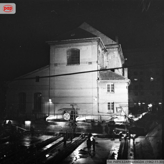 Kościół Narodzenia Najświętszej Maryi Panny w Warszawie, w związku z budową Trasy W-Z i poszerzaniem al. gen. Karola Świerczewskiego, został w nocy z 30 listopada na 1 grudnia 1962 r. przesunięty o 21 metrów do tyłu. https://t.co/xbUFixSixO